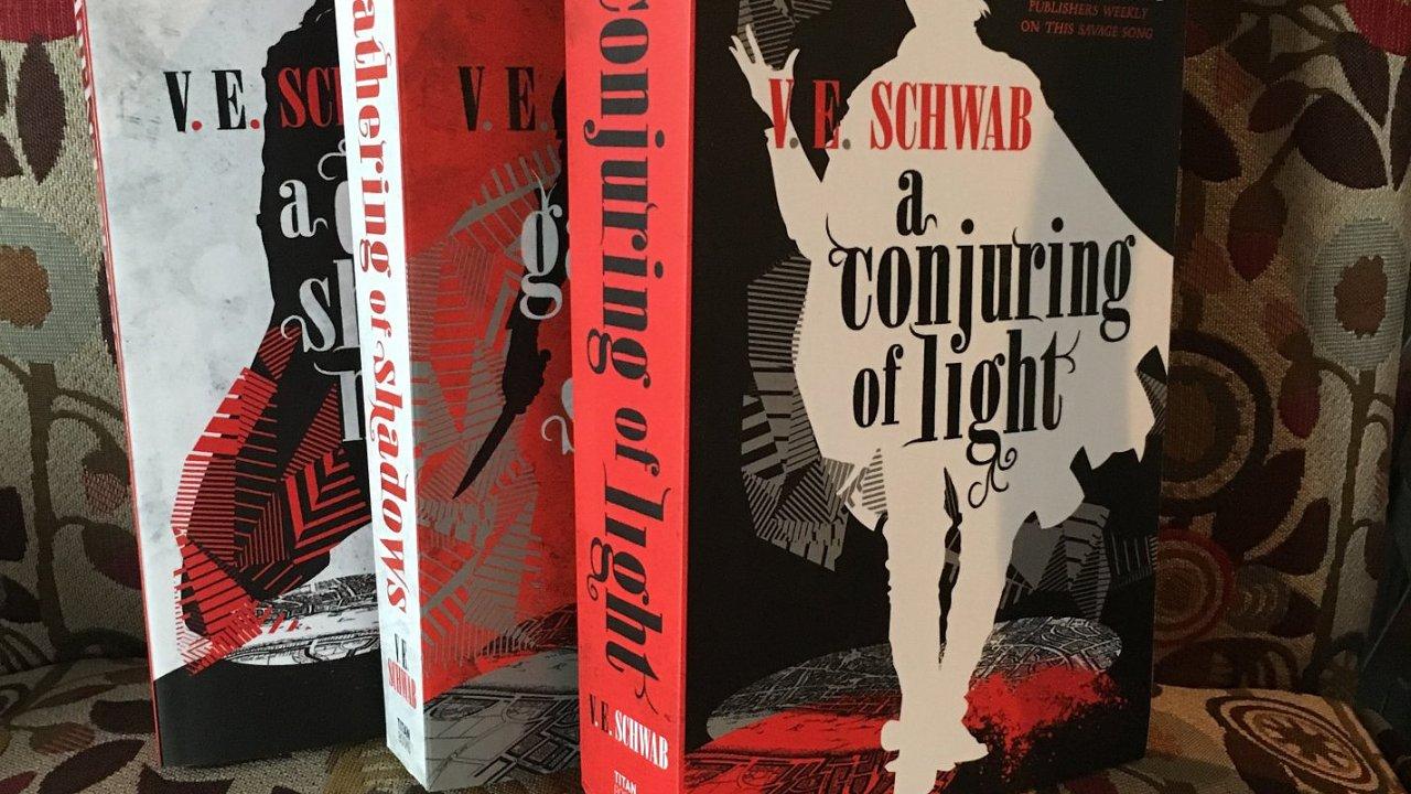 Na snímku jsou americké přebaly vydání tří knih ze série Tvář magie.
