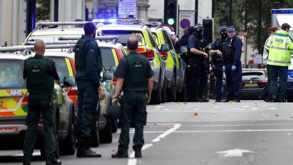 Policie zasahuje při nehodě před londýnským Muzeem přírodní historie.