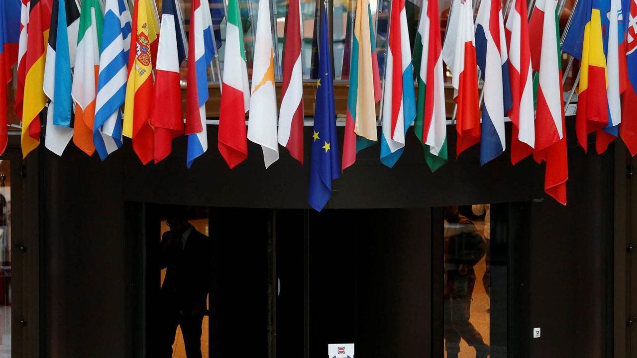 Lídři zemí EU by se měli nasummitu vBruselu domluvit natom, jak dál omezovat počet migrantů přicházejících doEvropy.