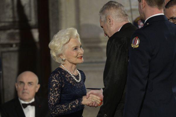 Bývalá poradkyně amerických prezidentů Eliška Hašková Coolidge převzala od českého prezidenta Miloše Zemana (vpravo) medaili za zásluhy při slavnostním ceremoniálu udílení státních vyznamenání