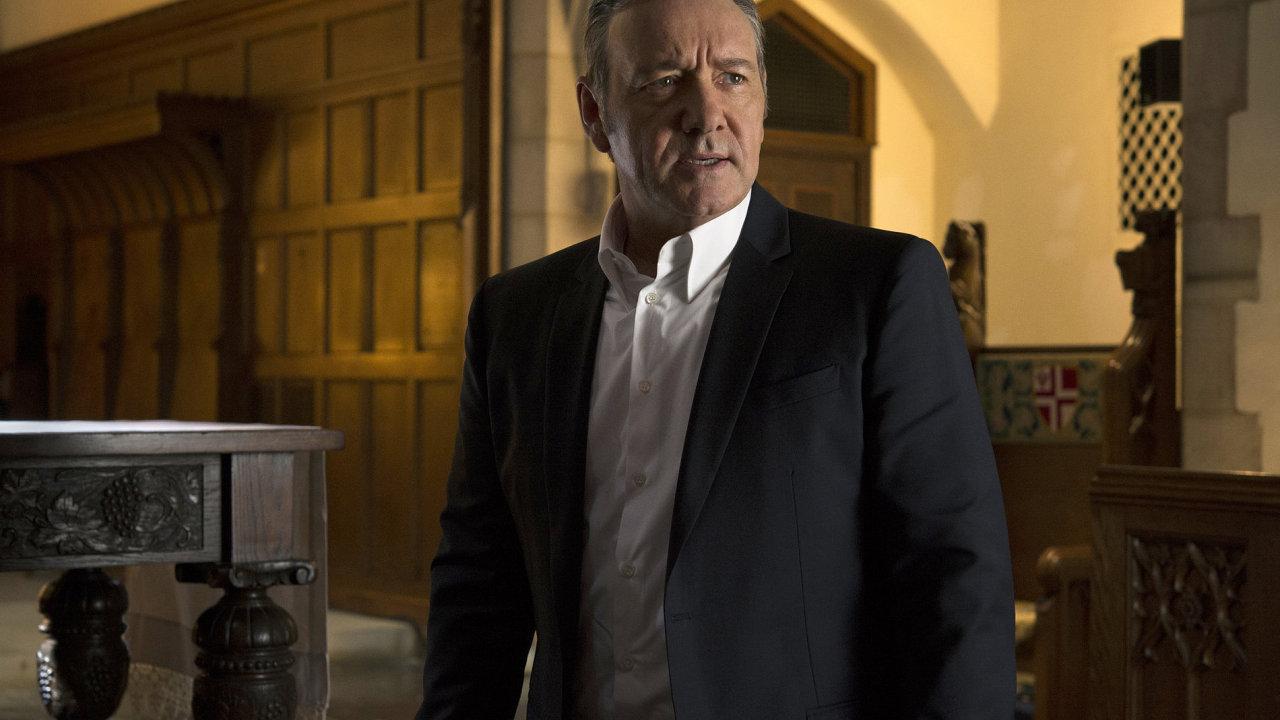 Na snímku ze seriálu House of Cards je herec Kevin Spacey, představitel hlavní role Franka Underwooda.