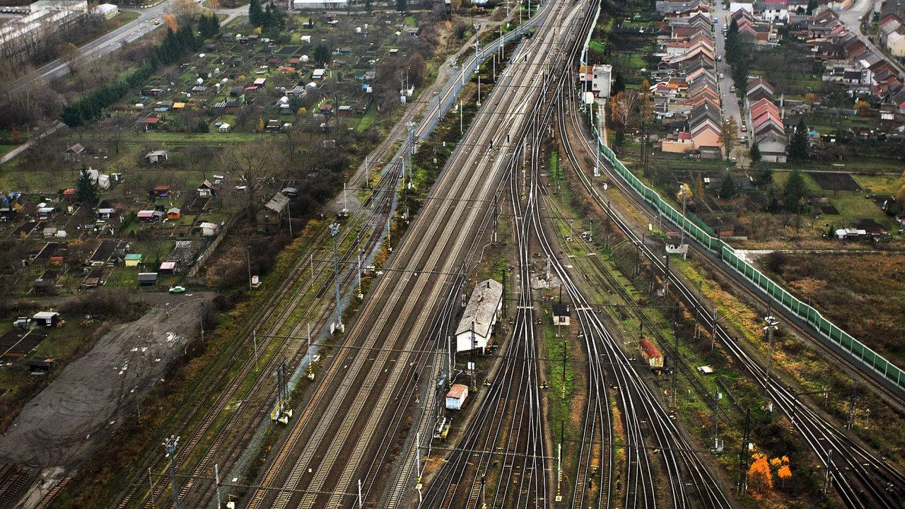 Už nějakou dobu se spekuluje, proč se stále častěji mluví o vztahové či dokonce klientelistické síti, která v resortu dopravy bují.
