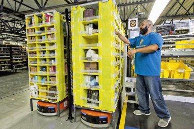 Amazon hodlá do rekvalifikace třetiny zaměstnanců investovat téměř 16 miliard korun.