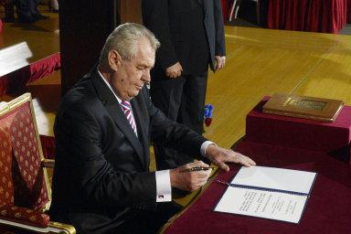 Čeští prezidenti skládají slib na ústavu. Často si ji ale vykládají po svém. Nejkreativnější je Miloš Zeman.