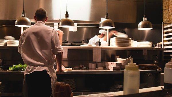 V gastronomii a cestovním ruchu rostou dynamičtěji mzdy nízkopříjmovým profesím, ilustrace