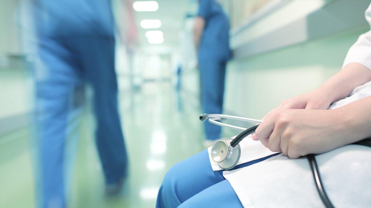 Já byl medik získávající v nemocnici své první zkušenosti a on těžce stonající pacient.