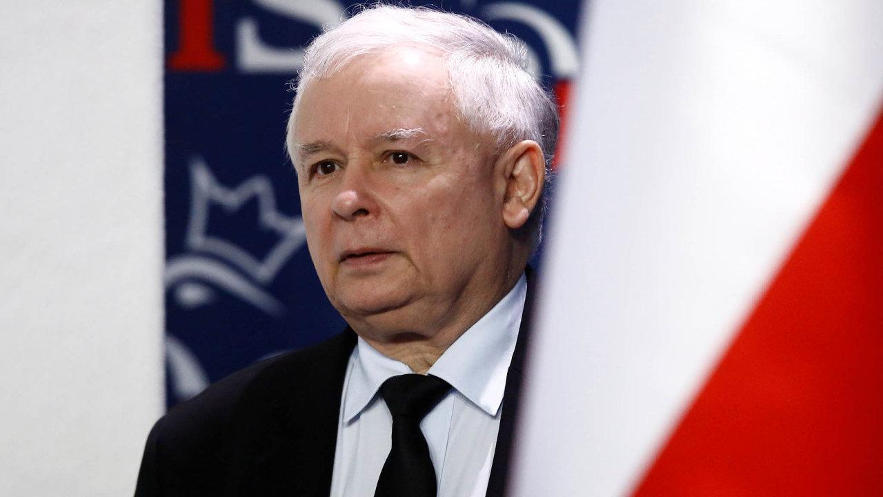 Polský muž vpozadí Jaroslaw Kaczyński.