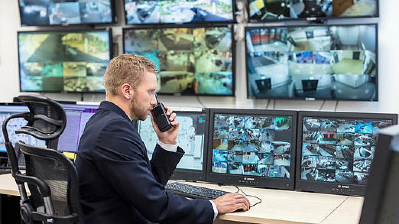 Pracovník sleduje na monitorech záznamy kamerového systému - ilustrační foto.