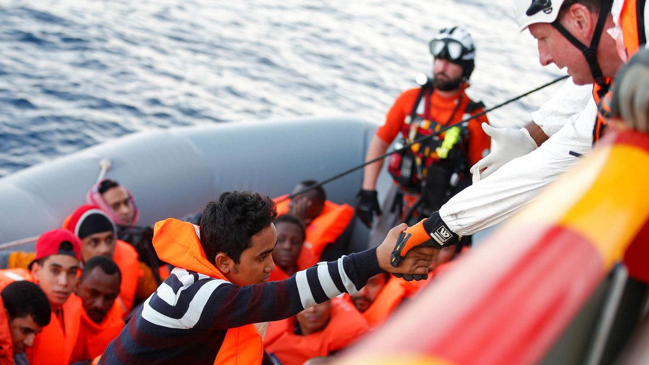Drama na moři. Scény na hranici života a smrti ve Středozemním moři se opakují, záchranářům uprchlíků z Afriky teď Itálie ztížila práci.