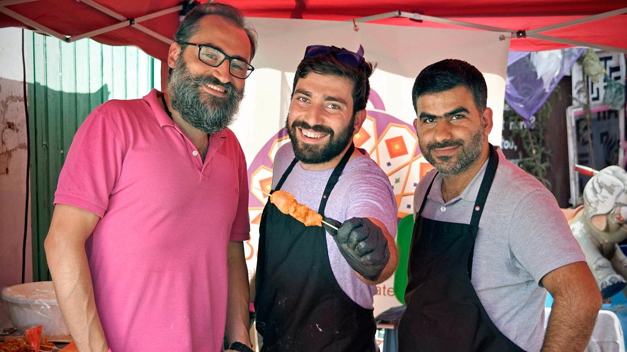 Syrský uprchlík Saíd Hilani (uprostřed) spolu se dvěma společníky vlastní vBerlíně pouliční občerstvení Bab al-Jinan.