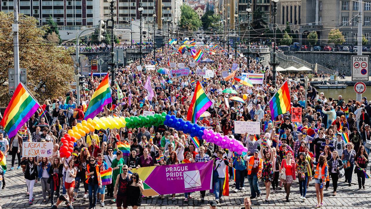 S duhou přes Prahu: Festival Prague Pride přibližující život leseb, gayů, bisexuálů atranssexuálů se vPraze letos koná už podeváté.