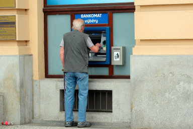 Každý desátý Čech si musí před výplatou půjčit, vyplývá z průzkumu.