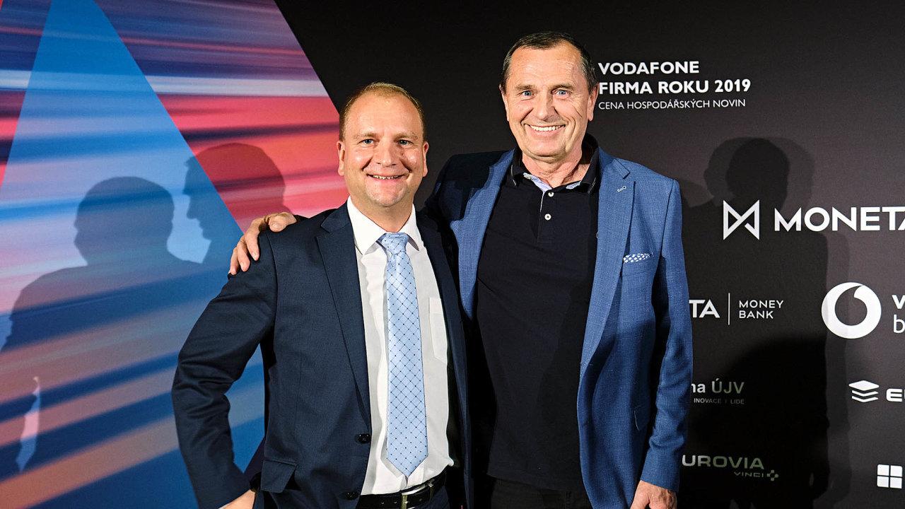 Živnostníkem roku se v Libereckém kraji stal sklář Petr Novotný (vpravo). Cenu pro Firmu roku přebíral za společnost VÚTS její obchodní ředitel Jiří Václavík.