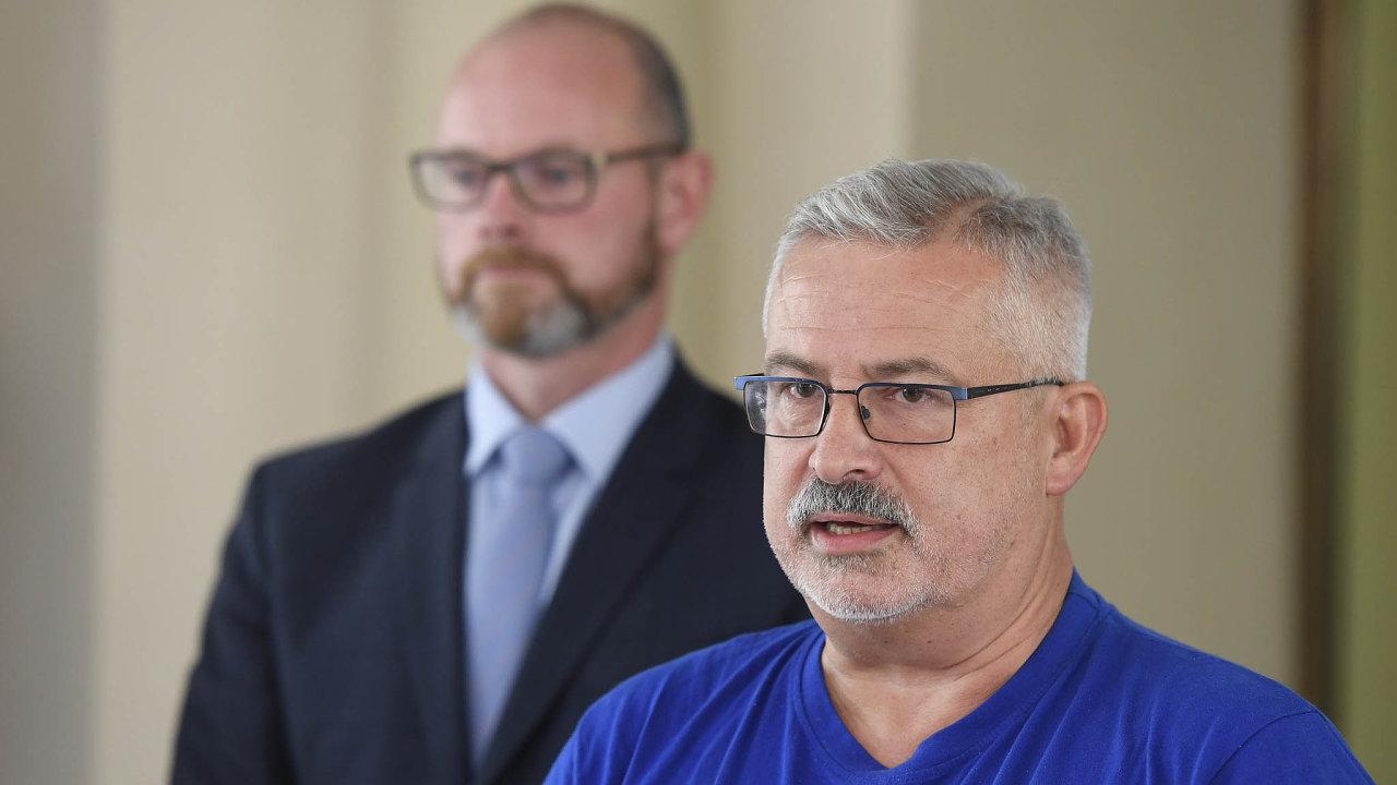 Vyhlášení před ministrem: Odborový předák František Dobšík oznámil stávkovou pohotovost učitelů. Učinil tak poprvé před ministrem Robertem Plagou (ANO)– vpozadí.