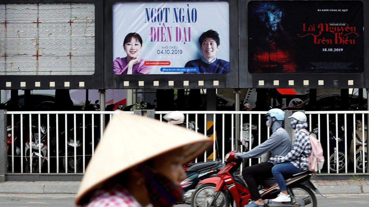 Prázdná plakátová plocha před hanojským kinem, kde se dříve nacházel reklamní plakát na snímek Sněžný kluk.