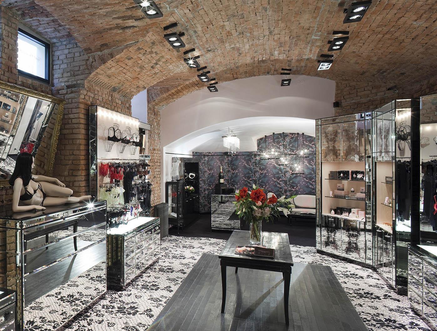 Oblíbenou značku našeho hostujícího šéfredaktora založila modelka frustrovaná znudné nabídky spodního prádla Serena Reesová se svým manželem JosephemCorrém– synem návrhářky Vivienne Westwoodové. Ty nejsvůdnější kousky zluxu...