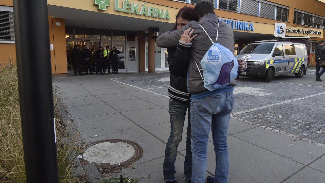 Dvaačtyřicetiletý muž zOpavska včera vostravské fakultní nemocnici zastřelil včekárně traumatologické ambulance šest lidí.