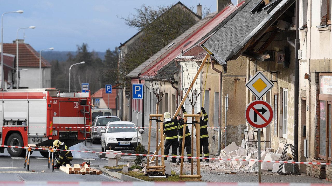 Hasiči zasahovali 10. února 2020 v Doberské ulici v Kladně, kde silný vítr posunul střechu a ta se naklonila na chodník.