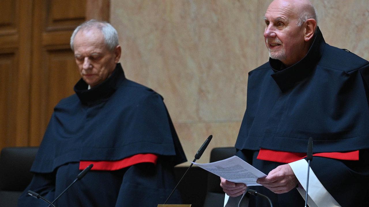 Rozhodnutí. Verdikt, který se týká ipremiéra Andreje Babiše, oznámil soudce Jan Filip (vlevo), při vyhlášení byl také přítomenpředseda Ústavního soudu Pavel Rychetský.