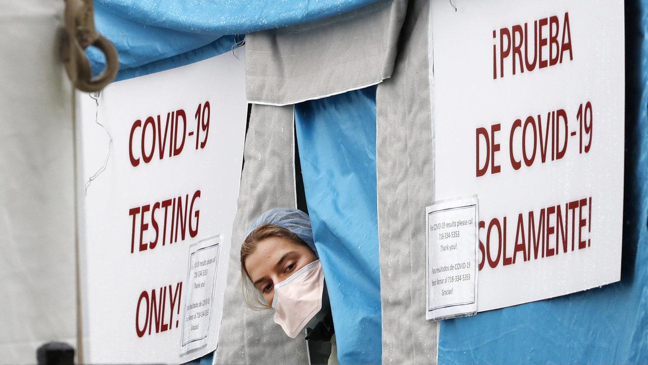 Nejpostiženějším státem je New York, kde je přibližně polovina infikovaných.