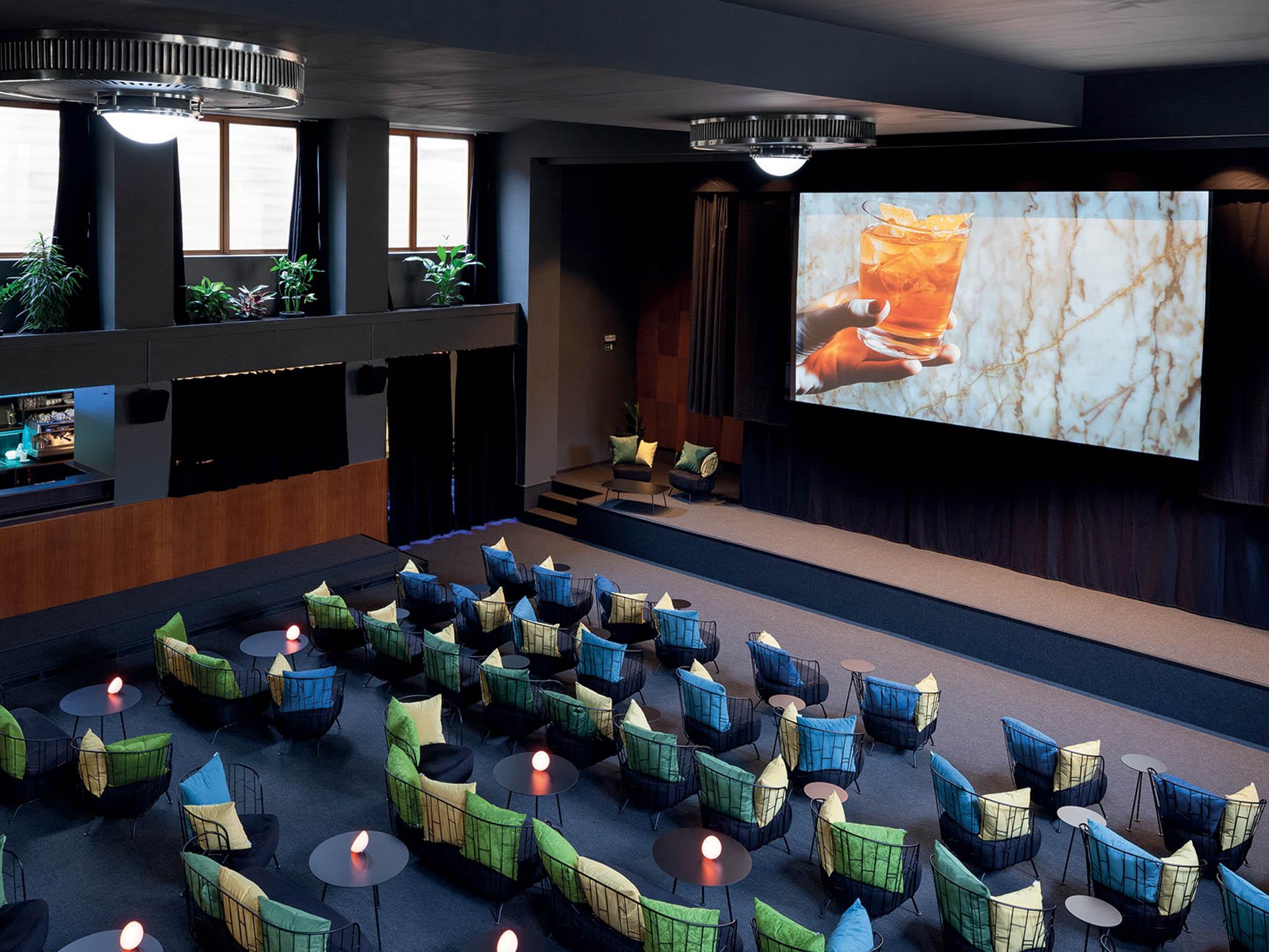 NaŽižkově otevřela Přítomnost, první butikové kino spohodlným sezením abarem přímo vsále.