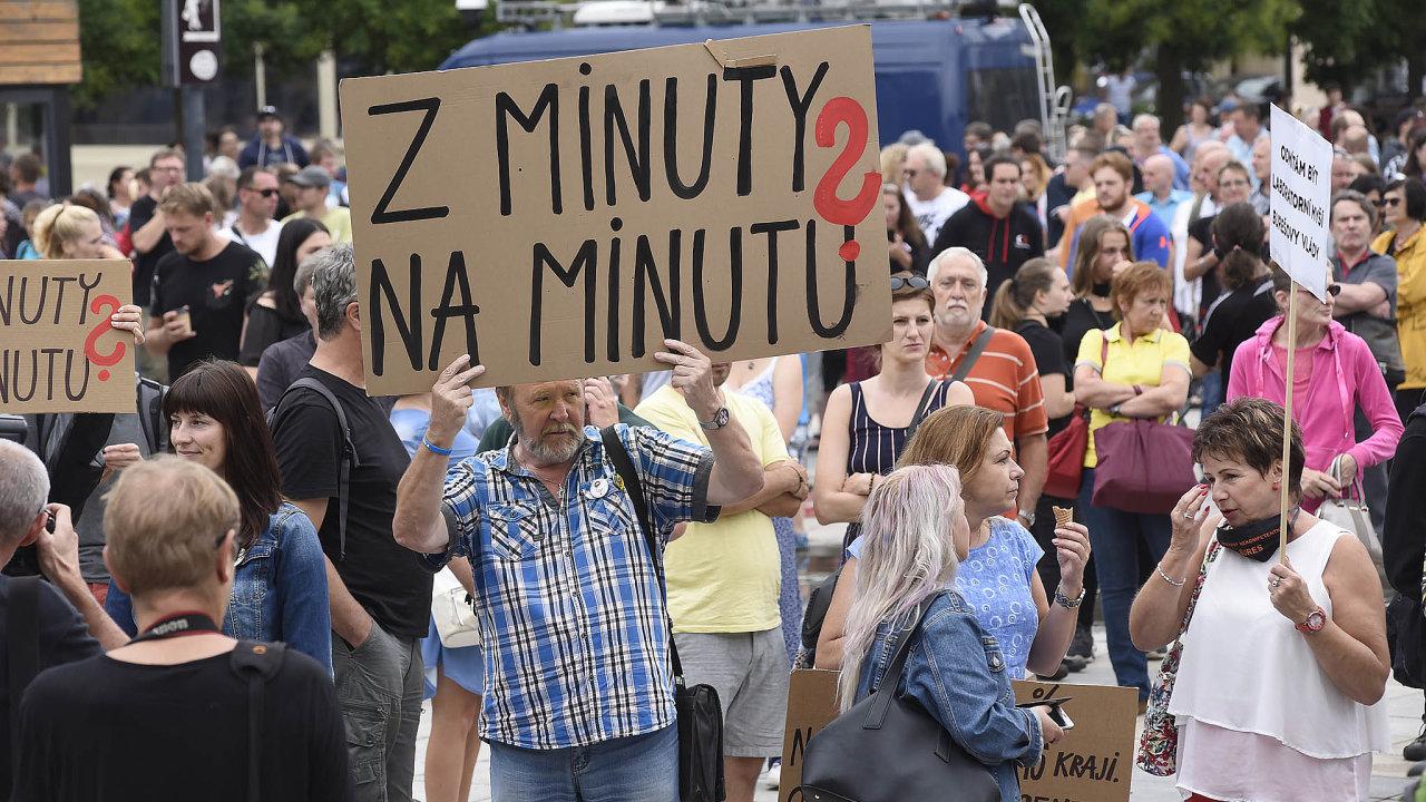 Lidé vOstravě vyšli doulic, protestovali proti vládě.