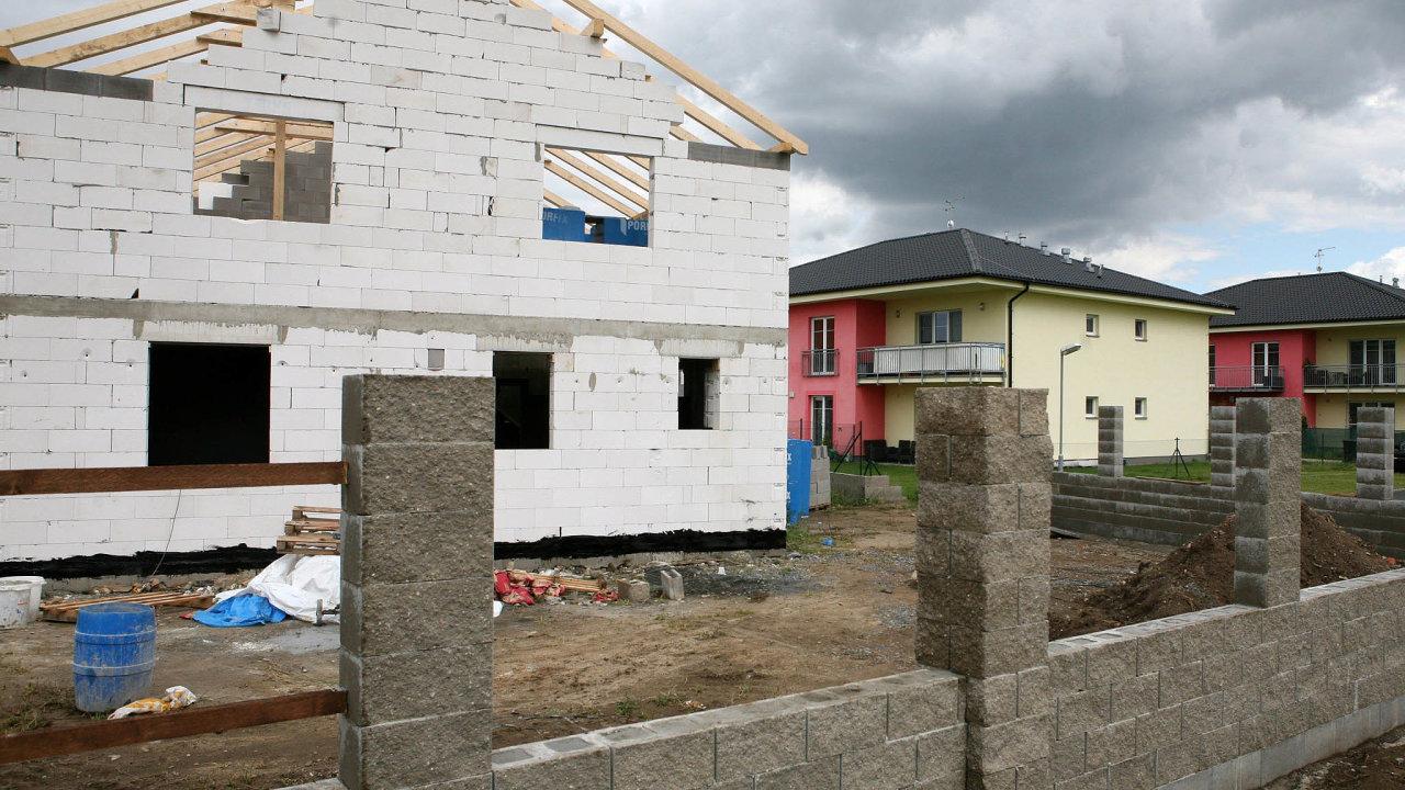 Díky velkému zájmu o výstavbu rodinných domů mají stavební firmy, které se natento typ staveb specializují, často práci nasmlouvanou až naněkolik let dopředu.