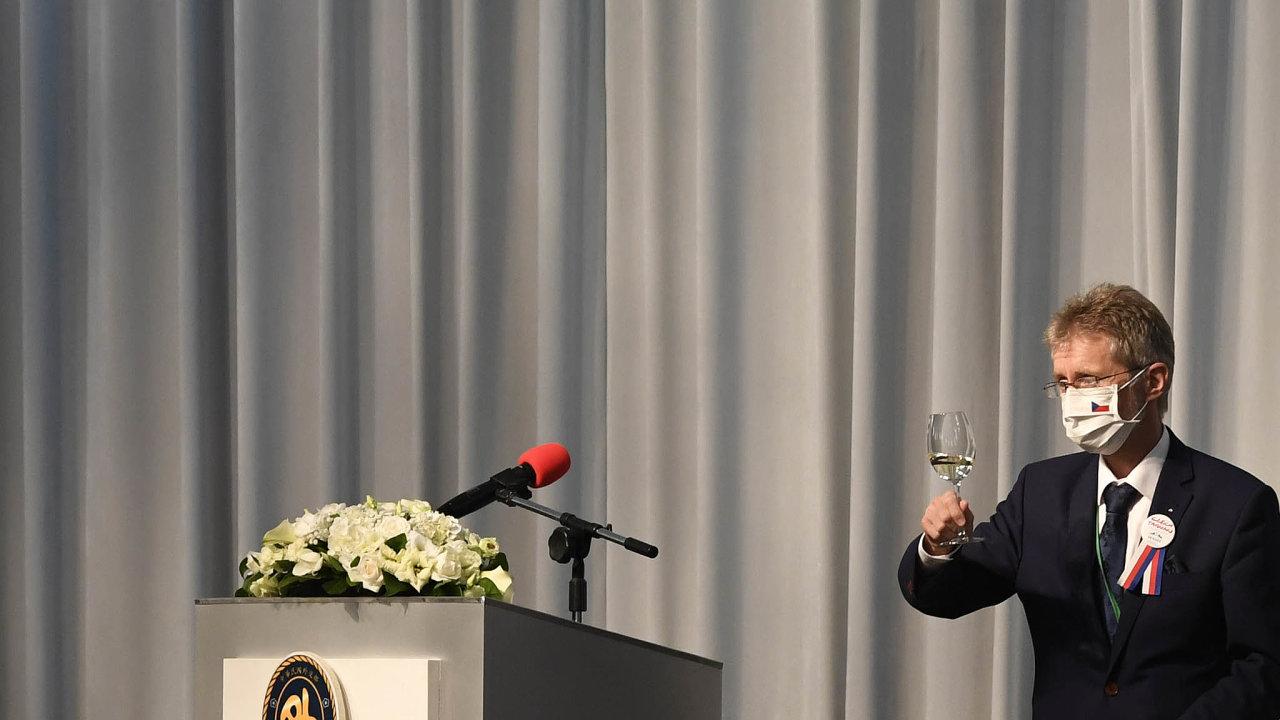 Den první.Předseda českého Senátu Miloš Vystrčil připíjí vTchaj-peji naTchaj-wanu hostům večeře pořádané tchajwanským ministrem zahraničí Josephem Wuem.