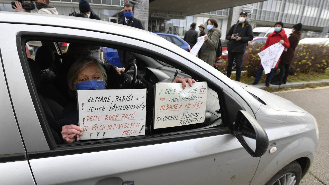 Napodporu nezávislosti ČT se vúterý také demonstrovalo před její budovou.