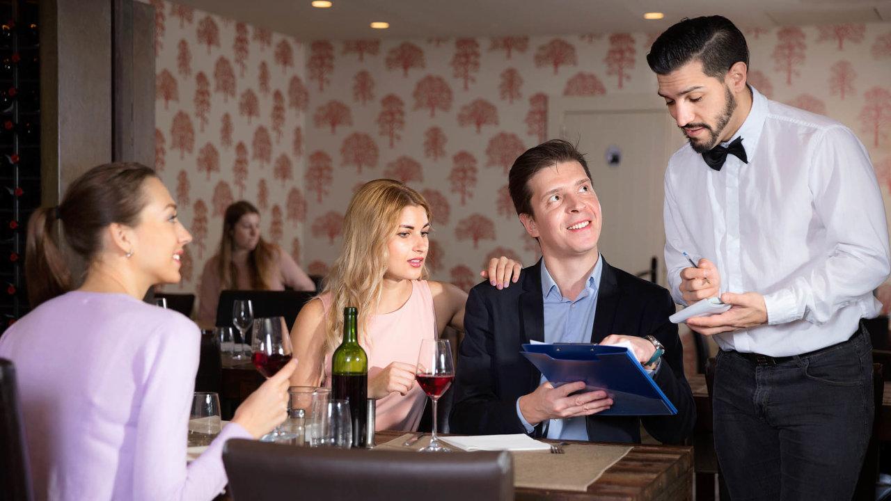 Modelové situace. Zkušený číšník ví, jak komunikovat s podvědomím hostů, aby mohl očekávat vyšší spropitné.