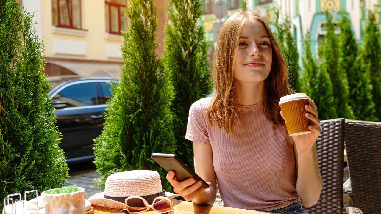 Mobil potvrdí, že nejste infekční. Rozvolnění protiepidemických opatření, a tedy i otevření zahrádek restaurací by mohla urychlit nová aplikace, kterou teď vyvíjí stát.