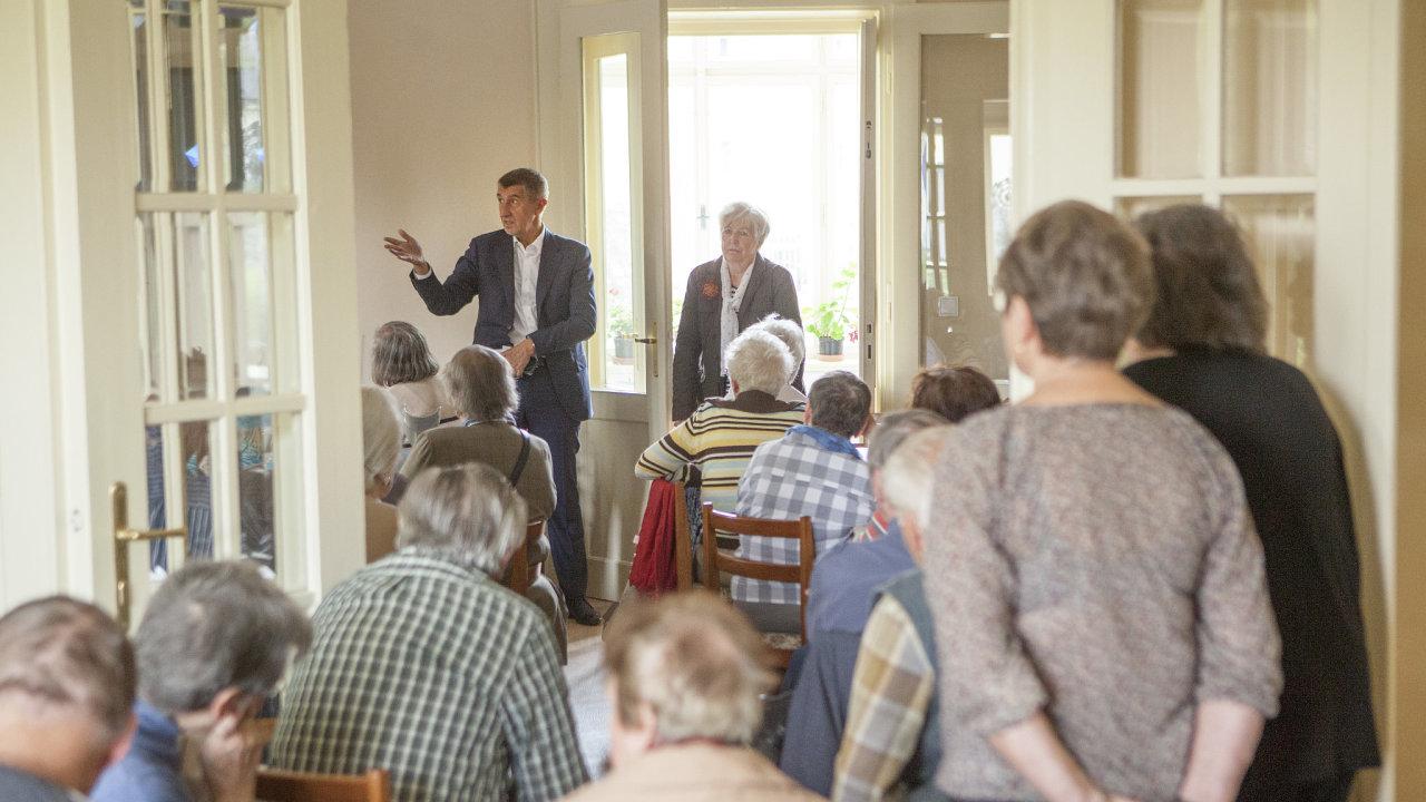 Senioři tvoří velmi silné voličské jádro. Jejich přízeň se snaží získat i ANO. V tomto ohledu je nejaktivnější premiér a předseda hnutí Andrej Babiš (na snímku z roku 2017).
