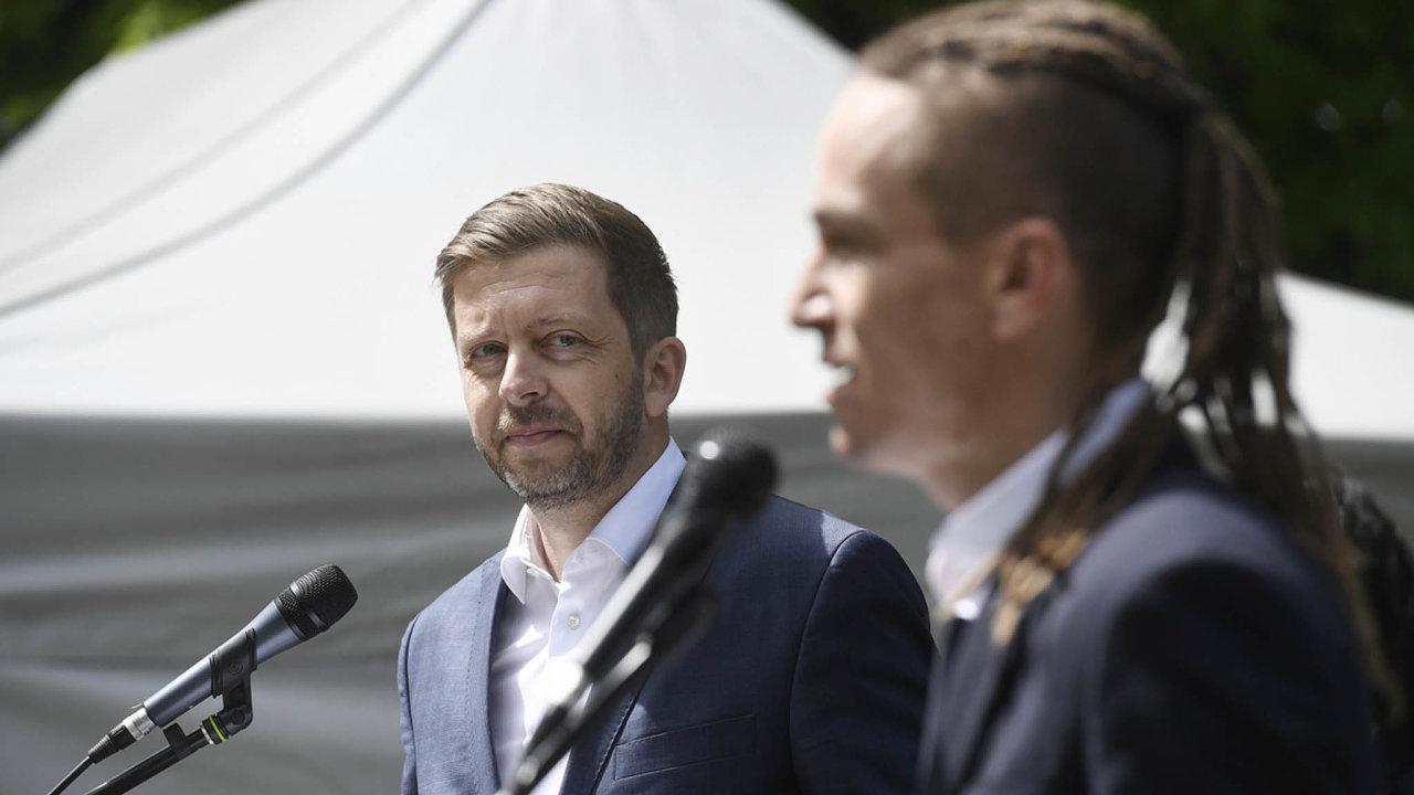 Předseda Starostů a nezávislých (STAN) Vít Rakušan sleduje předsedu Pirátů Ivana Bartoše