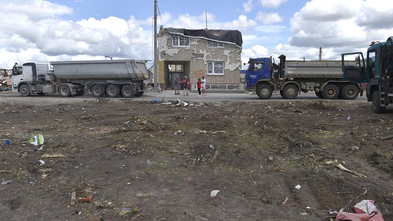 V Hruškách na Břeclavsku pokračovalo ve čtvrtek odstraňování škod po tornádu, které před týdnem zdevastovalo několik obcí na jihu Moravy.