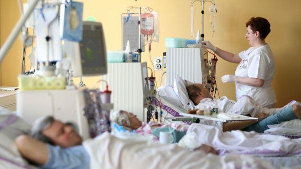 ČSSD jakékoliv zvyšování finanční spoluúčasti pacientů odmítá. Je ale jediná. Ostatní strany uvažují o poplatku za pobyt v nemocnici i o návratu k nadstandardům.