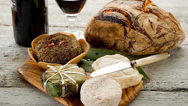 Výběr francouzských sýrů. K beaujolais se nejvíce hodí chuť plísňových a měkkých zrajících sýrů.