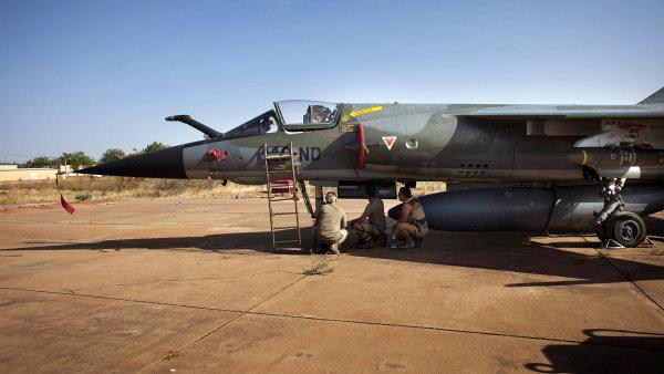 Francouzský stíhací bombardér Mirage F1 na letišti v Bamaku
