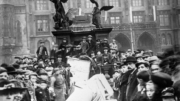 Lidé strhli Mariánský sloup po rozpadu Rakousko-Uherska.