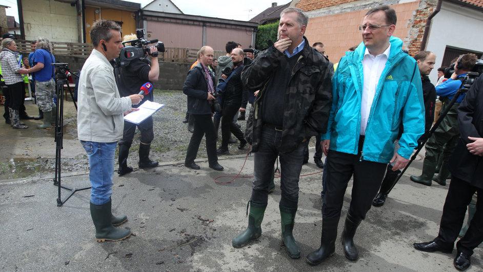 Zálezlice, 4. června 2013. Obci navštívili i ministr zemědělství Petr Bendl a premiér Petr Nečas.