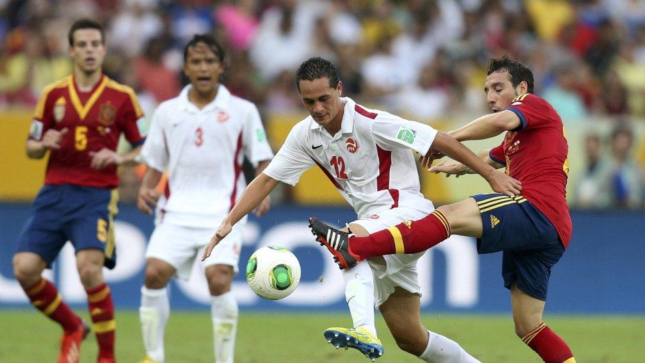 Santi Cazorla (vpravo) v utkání s Tahiti