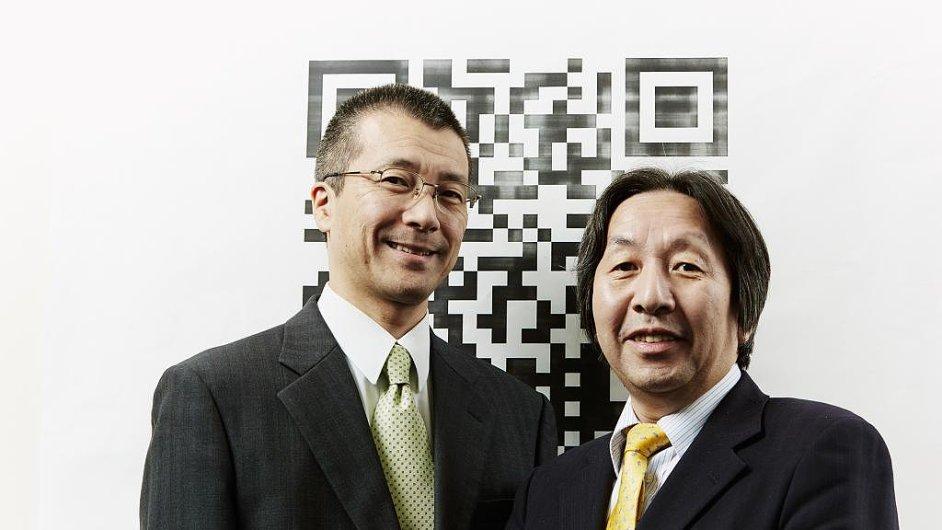 Vynálezci QR kódu Takayuki Nagaya (vlevo) a Masahiro Hara