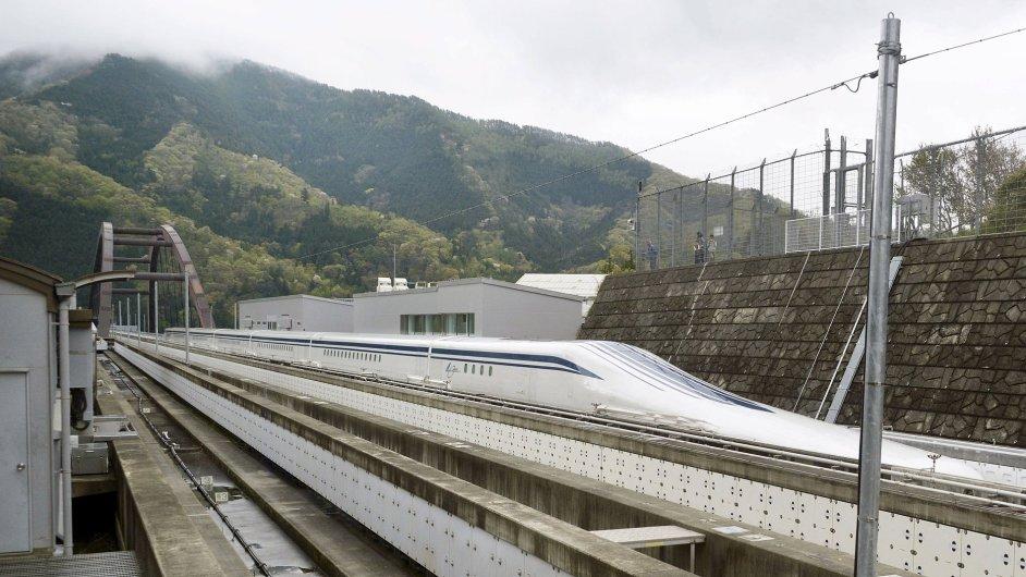 Vysokorychlostní vlak maglev na zkušební trati v prefektuře Jamanaši západně od metropole Tokia, 21. 4. 2015