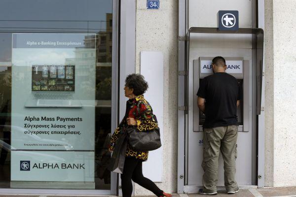 Řekové vybírají své peníze kvůli tomu, že jednání mezi vládou a mezinárodními věřiteli se dostalo do slepé uličky.