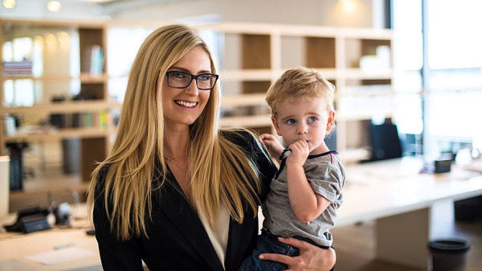 Firmy lákají do svých řad i ženy s malými dětmi.