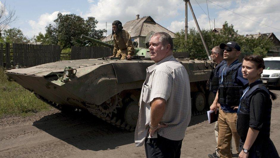 Pozorovatelé OBSE na Ukrajině dohlížejí na stažení tanků doněckých separatistů z jedné z oblastí.