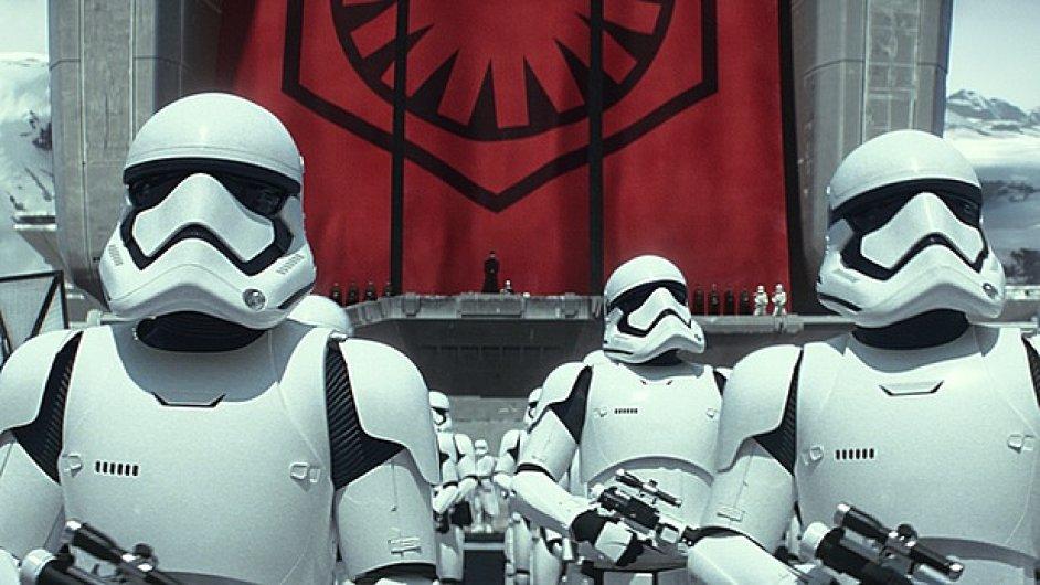 Epizoda VII Hvězdných válek se jmenuje Síla se probouzí a do českých kin vstoupí letos 17. prosince.
