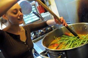 Lidé mezi 16 a 24 lety utrátí za jídlo více než v jakémkoliv jiném věku. Neumí totiž vařit