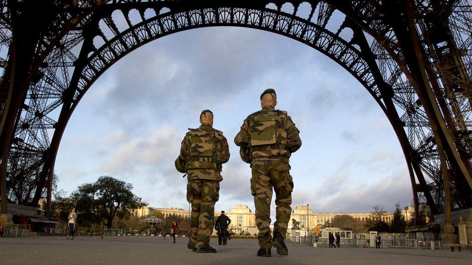 Patrola francouzských vojáků hlídá okolí Eiffelovy věže.