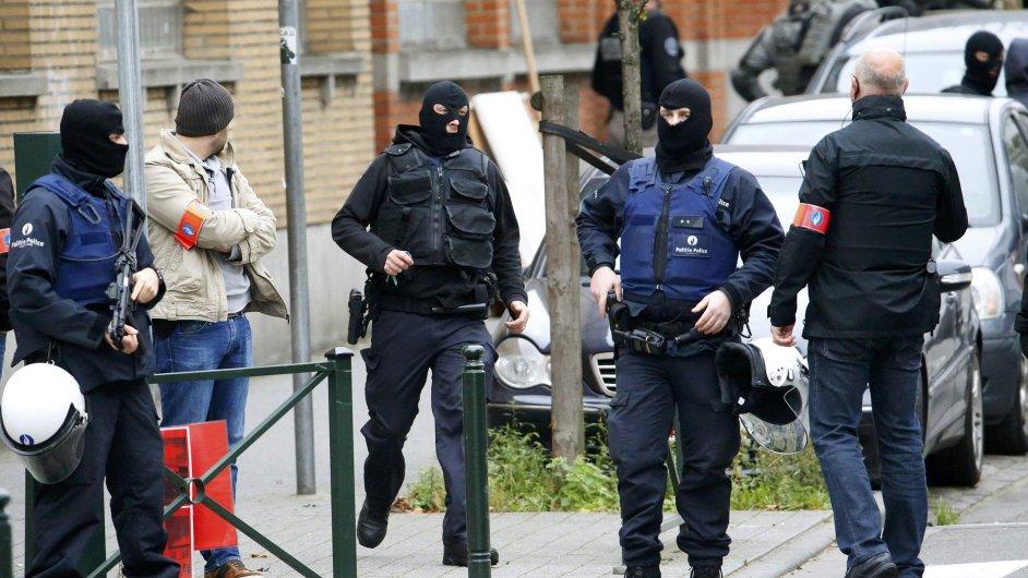 Belgičtí policisté při razii v bruselské čtvrti Molenbeek.