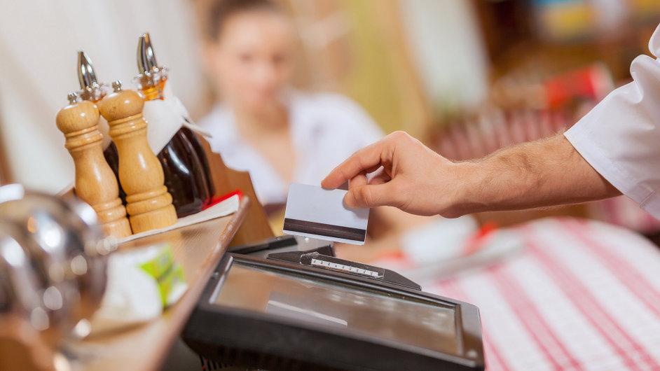 Restaurace, platba v restauraci, kreditní karta, elektronická evidence tržeb - ilustrační foto